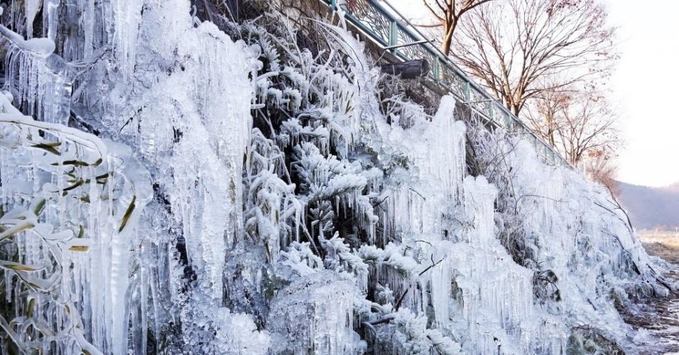 28.dez.2015 - Estruturas de gelo começam a ser criadas para a exibição do Festival de Gelo de Namdaecheon, na Coreia do Sul. Com as temperaturas chegando a cerca de - 10°C, os artistas se preparam para o evento, que terá como data de início o dia 8 de janeiro