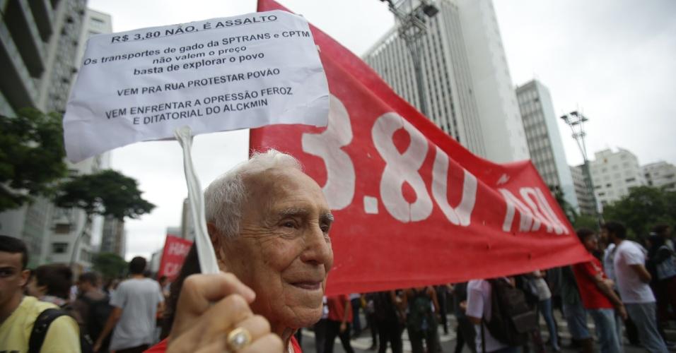 12.jan.2016 - Um idoso participa de protesto em São Paulo contra o aumento das tarifas do transporte público. Grupo se reúne na Praça do Ciclista, na avenida Paulista. Aumento da taxa de R$ 3,50 para R$ 3,80 causa revolta em parte da população