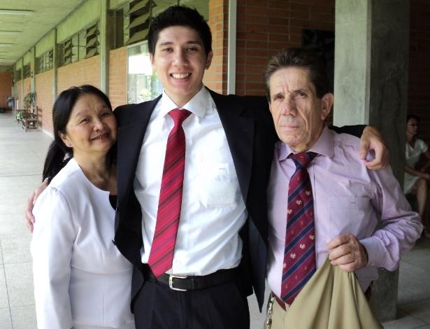 Diego Ohara Silva com seus pais