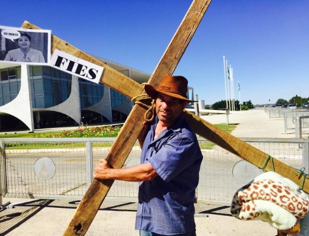 4.ago.2015 - Produtor rural Francisco Cândido Neto, 52, levou cruz até Brasília para conseguir Fies para filha