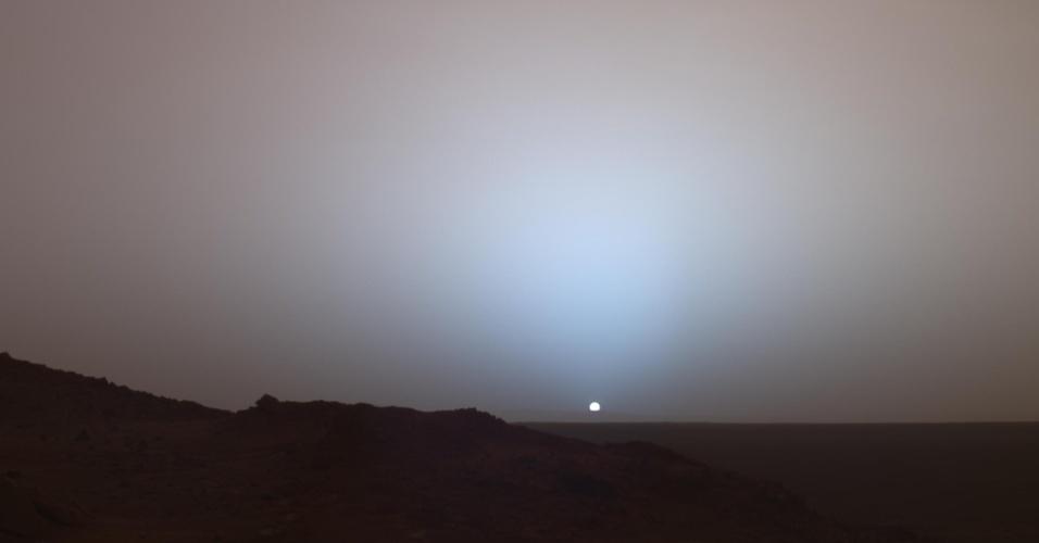 27.ago.2015 - MARTE - Ele não é chamado de Planeta Vermelho por acaso. Seu solo é rico em minerais de ferro, que se oxidam e dão essa tonalidade ferrugem à sua superfície. A superfície avermelhada pode ser vista nesta imagem tirada pela sonda Spirit em 2006 durante um pôr do sol em Marte. Um dia em Marte leva um pouco mais de 24 horas terrestres