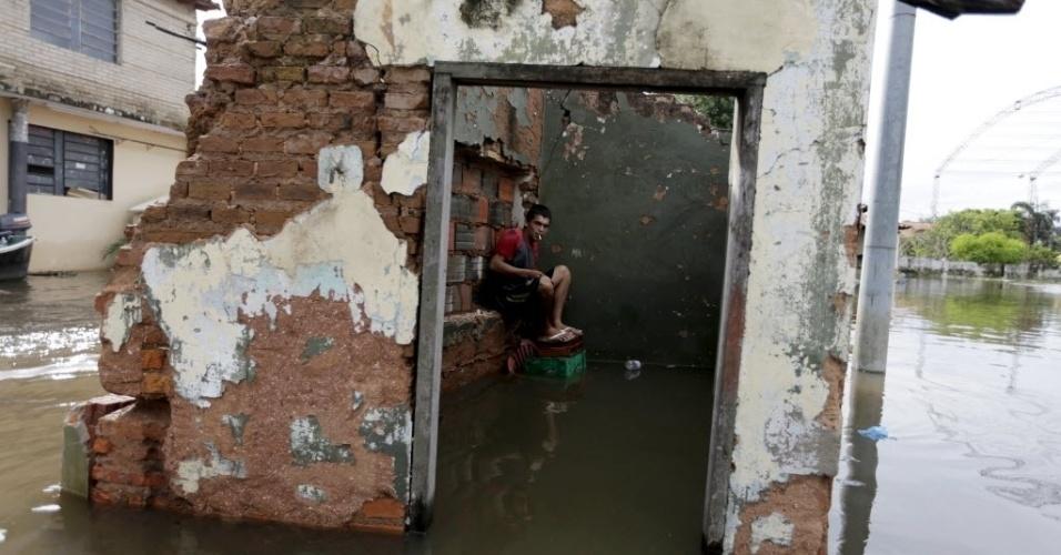 27.dez.2015 - Homem senta-se dentro de casa parcialmente submersa por inundações em Assunção, Paraguai. As inundações generalizadas obrigaram mais de 100 mil pessoas a deixarem suas casas na região fronteiriça entre Paraguai, Argentina, Uruguai e Brasil, após dias de chuvas torrenciais
