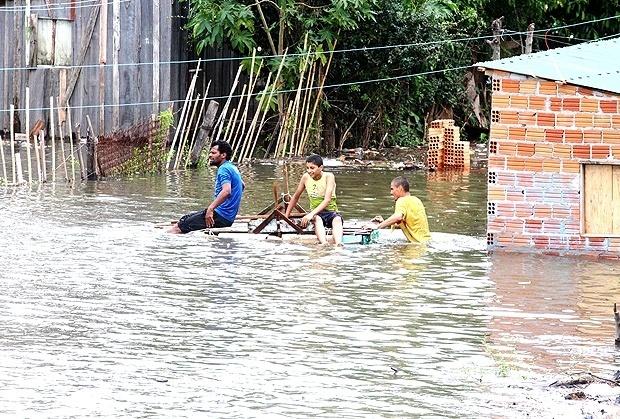 Moradores em enchente em Uruguaiana (RS)