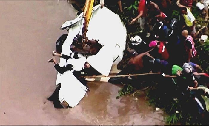 17.fev.2016 - Após chuvas, grupo realiza resgate dramático de mulher em córrego de Ferraz de Vasconcelos, na Grande São Paulo