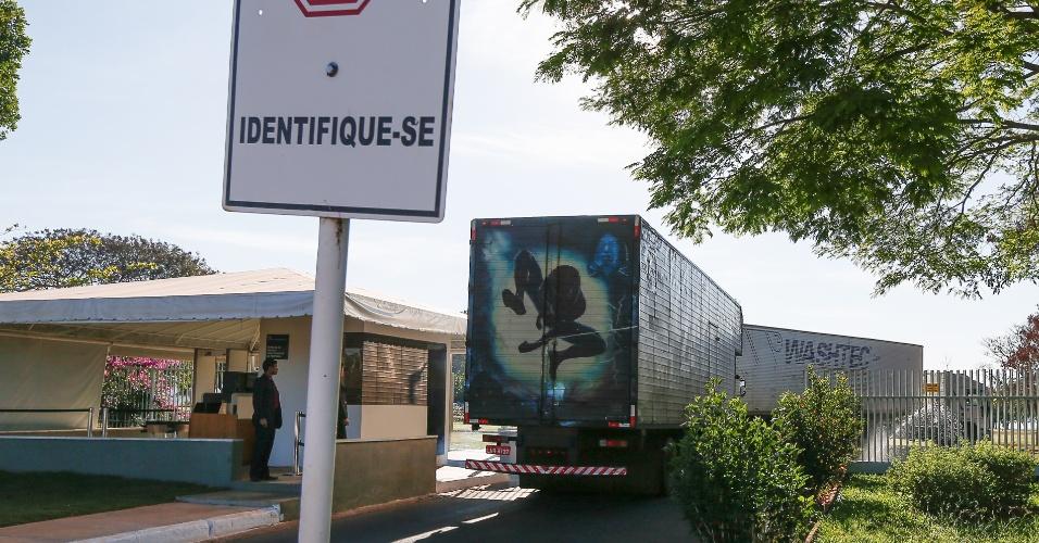 6.set.2016 - Dois caminhões baú chegaram ao Palácio da Alvorada na manhã desta terça-feira (6) para fazer a mudança da ex-presidente Dilma Roussef para Porto Alegre
