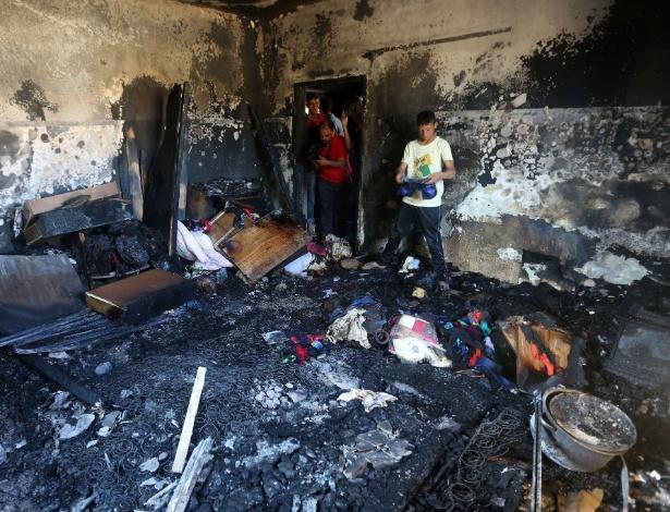 31.jul.2015 - Palestinos observam danos provocados por incêndio em casa em Duma