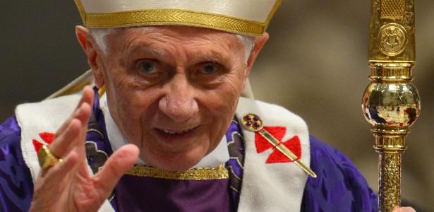 Bento 16 acena após missa no Vaticano, em foto de 2013