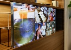 Esta TV com tela transparente parece até um vidro para estante da sua casa (Foto: Kohji Arai/Divulgação Panasonic)