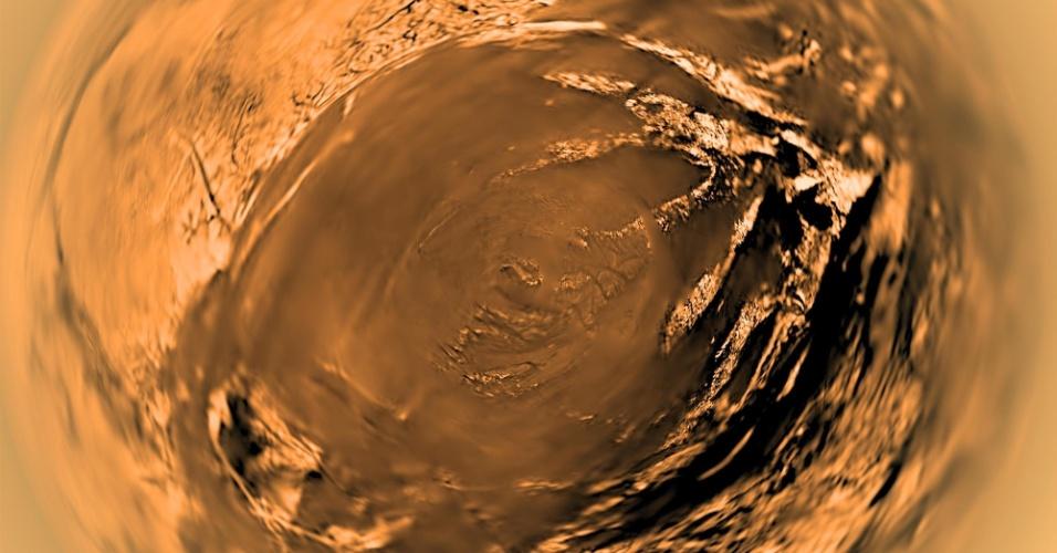 14.jan.2016 - A imagem, que lembra o olho de um réptil, é de detalhe de Titã, uma lua de Saturno. A foto foi feita a cerca de 5 km do satélite pela sonda Huygens, da ESA (Agência Espacial Europeia), da missão internacional Cassini-Huygens