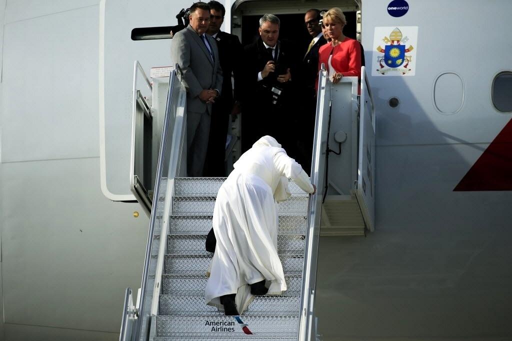 26.set.2015 - O papa Francisco tropeçou na escada de avião quando embarcava no aeroporto John F. Kennedy, em Nova York, para seguir em direção à Filadélfia, nos EUA. A Filadélfia é a última etapa da viagem de seis dias do pontífice pelos Estados Unidos