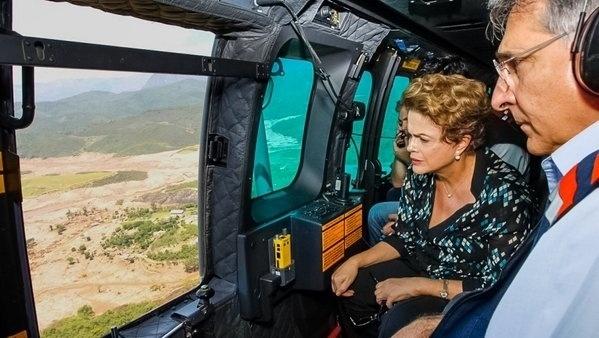 12.nov.2015 - A presidente Dilma Rousseff sobrevoa as áreas atingidas pelo rompimento das barragens da mineradora Samarco no subdistrito de Bento Rodrigues, em Mariana (MG), uma semana após a tragédia
