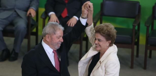 O ex-presidente Luiz Inácio Lula da Silva, ao lado da presidente Dilma Rousseff, toma posse como ministro da Casa Civil, em Brasília