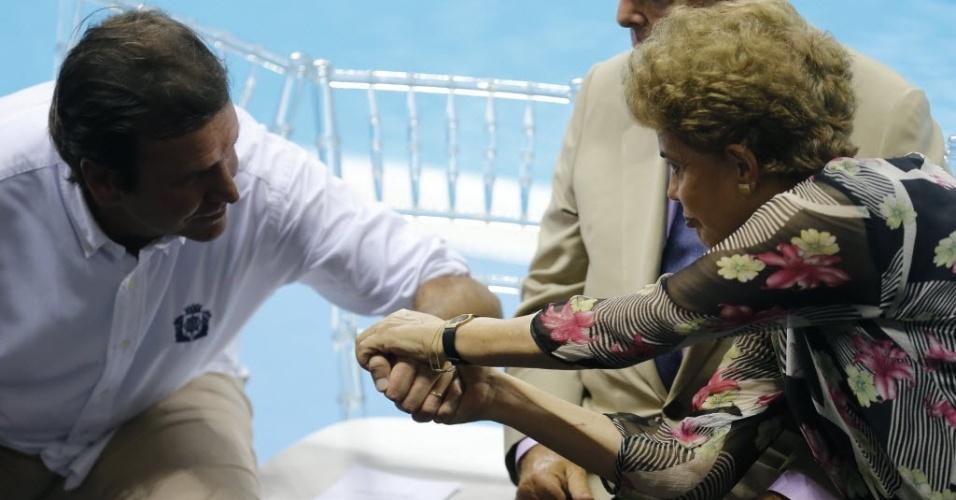 8.abr.2016 - A presidente Dilma Rousseff cumprimenta o prefeito do Rio de Janeiro, Eduardo Paes (PMDB-RJ), durante a inauguração do Estádio de Esportes Aquáticos do Parque Olímpico da Barra, na Barra da Tijuca, no Rio de Janeiro (RJ)