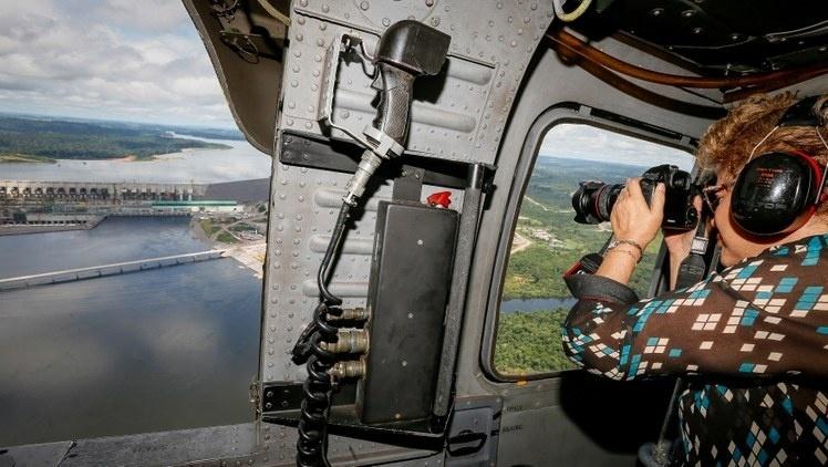 5.mai.2016 - A presidente Dilma Rousseff sobrevoa a usina de Belo Monte, no Pará, onde discursou para funcionários. No discurso disse que o processo de impeachment que sofre é