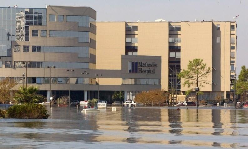 2005: Hospital alagado após a passagem do furacão Katrina, em Nova Orleans, Louisiana (EUA), que varreu edifícios, alagou quase totalmente a cidade e causou mais de 1.800 mortes