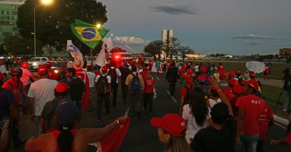 13.abr.2016 - Com bandeiras, camisas e bonés do MST, manifestantes contrários ao impeachment da presidente Dilma Rousseff protestam em frente ao Congresso Nacional, em Brasília. Membros da União Brasileira dos Estudantes Secundaristas (Ubes) também marcam presença no ato