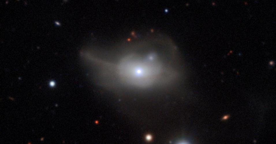 Resultado de imagem para Astrónomos descobrem buraco negro que arrasta uma galáxia para a escuridão