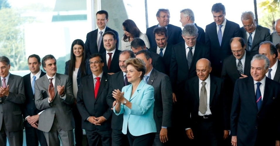 30.jul.2015 - Presidente Dilma Rousseff posa para foto com os governadores de todos os estados brasileiros momentos antes de uma reunião sobre o ICMS no Palácio da Alvorada, em Brasília (DF). Os gestores manifestaram preocupação com a crise econômica nacional, em especial com as consequências do ajuste fiscal sobre a situação financeira dos Estados