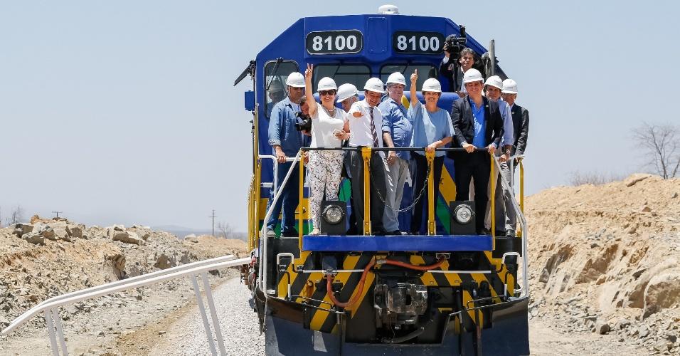 11.set.2015 - Presidente Dilma Rousseff posa para foto durante visita às obras da Ferrovia Transnordestina, lotes 6 e 7 do trecho Eliseu Martins-Trindade, em Paulistana (PI)