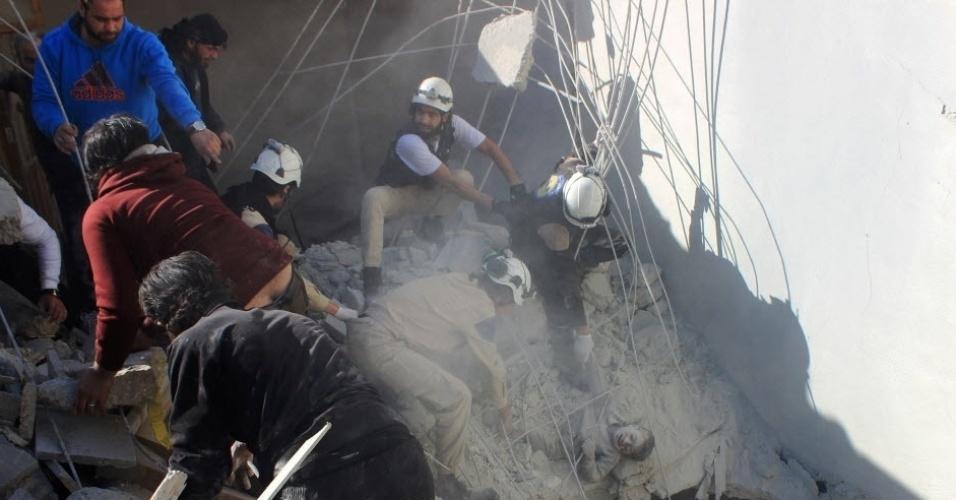 17.fev.2016 - Equipe da Defesa Civil retiram um menino dos escombros de um edifício após ataques aéreos realizados por supostos aviões de guerra russos que apoiam o governo sírio no bairro de Sahour, norte de Aleppo