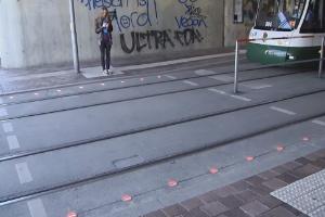 Cidade alemã põe semáforo no chão para quem usa celular enquanto anda (Foto: Reprodução)