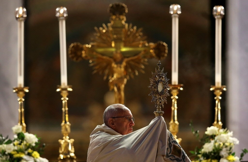 26.mai.2016 - Durante a comemoração do Corpus Christi, o papa Francisco lembrou a importância de