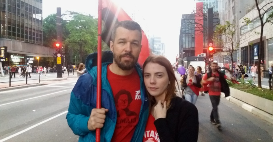 18.set.2016 - Mateus Potumati e Mayara Fortes participam do protesto por novas eleições e