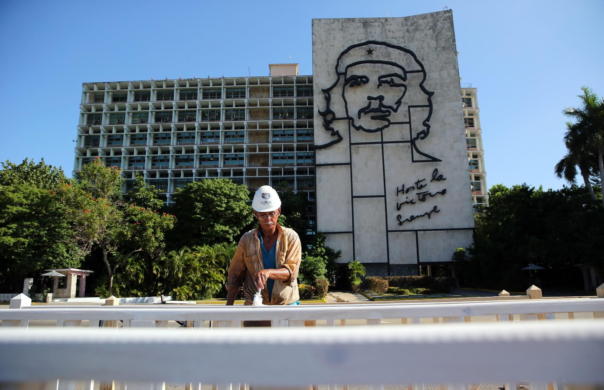 18.set.2015 - Operário trabalha na praça da Revolução, em Havana, Cuba, onde papa Francisco celebrará uma missa. O pontífice começará no próximo sábado (19) sua 10ª viagem internacional, um périplo que o levará a Cuba e aos Estados Unidos durante nove dias, nos quais fará 26 discursos