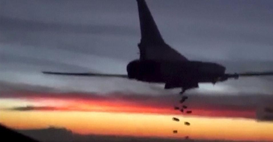 19.nov.2015 - Imagem tirada de um video divulgado pelo Ministério da Defesa da Rússia mostra um avião bombardeiro russo modelo Tupolev TU-22 soltando bombas em um local desconhecido na Síria