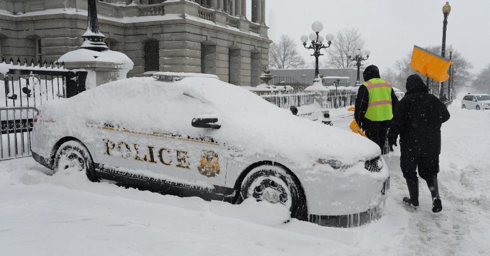 23.jan.2016 - Carro da polícia de Washington fica completamente coberto de neve durante tempestade nos Estados Unidos. O país foi atingido por uma nevasca histórica que, desde a última sexta-feira (22), já provocou ao menos dez mortes em acidentes de trânsito. O fenômeno climático deve durar até este domingo (24)