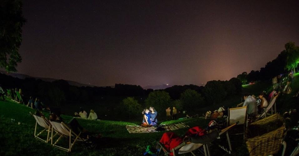 13.ago.2015 - Expectadores se reúnem para observar a chuva de meteoros Perseidas, em Bonn, Alemanha. O evento ocorre anualmente e tem este nome por ser avistado da Terra próximo da constelação de Perseu