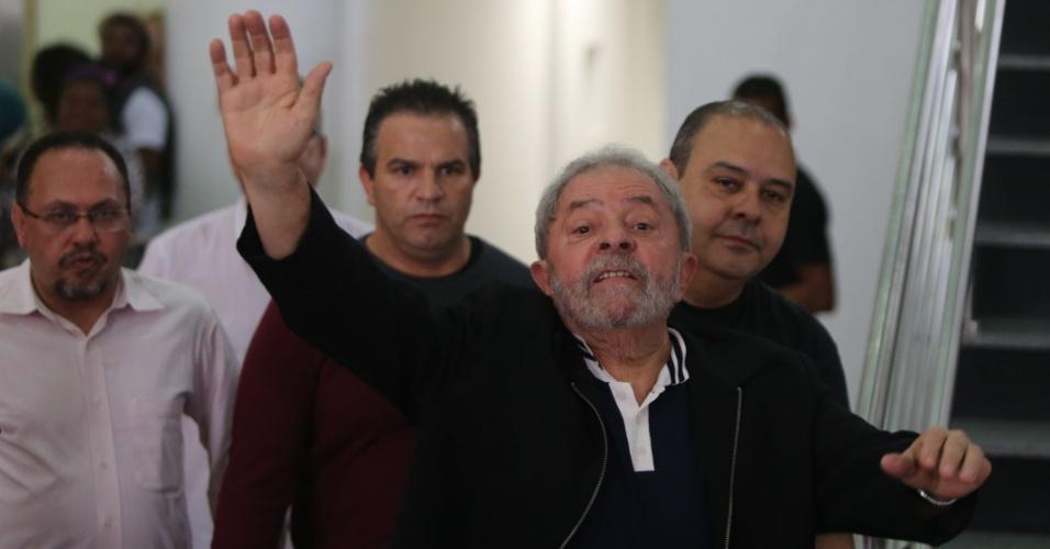 26.nov.2015 - O ex-presidente Luiz Inácio Lula da Silva após participar de palestra sobre redução da desigualdade social e políticas públicas, promovida pelo Instituto Lula, na sede da Central Única dos Trabalhadores (CUT), na capital paulista