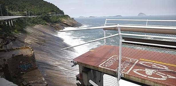 Trecho da ciclovia Tim Maia que desabou com a ressaca do mar, matando 2 pessoas