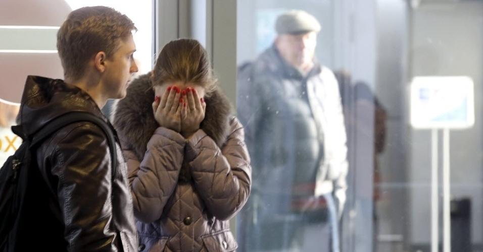 31.out.2015 - No aeroporto internacional de Pulkovo, em São Petersburgo, a dor de familiares de passageiros e tripulantes que estavam no avião da companhia russa Kogalimavia (conhecida como Metrojet) que caiu no Egito. O presidente russo, Vladimir Putin, expressou suas