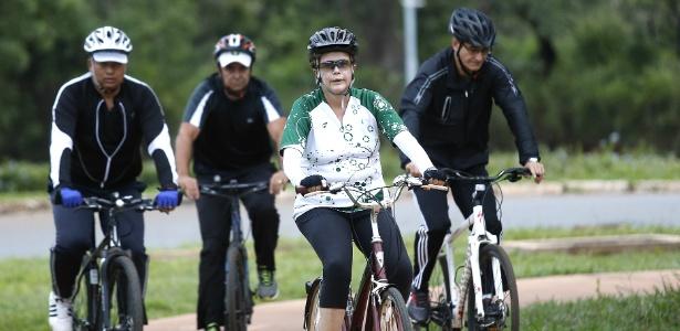 Dilma anda de bicicleta nesta segunda (28) acompanhada de general Amaro, segurança e personal trainer
