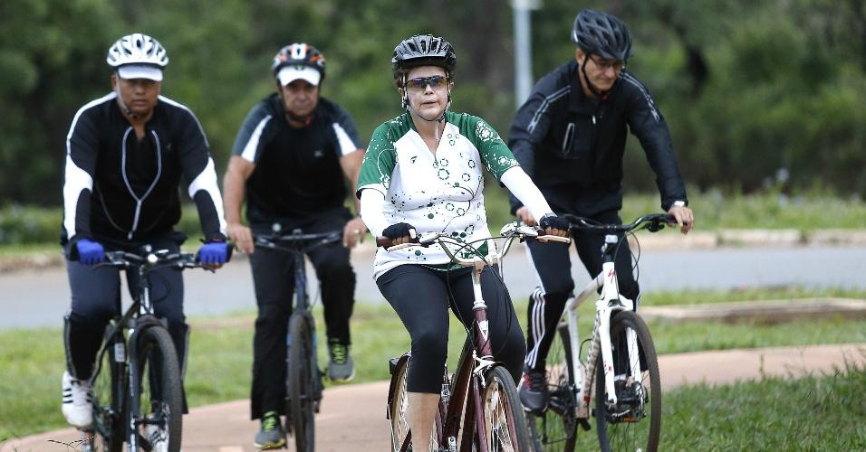 28.dez.2015 - Dilma anda de bicicleta nos arredores do Palácio da Alvorada, acompanhada do General Amaro, de um personal trainer e de um segurança