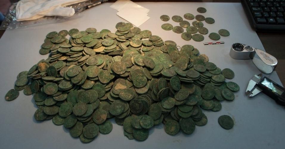 28.abr.2016 - Moedas de bronze da era romana foram encontradas em um parque de Sevilha, na Espanha. Cerca de 19 ânforas, contendo em torno de 600 kg de moedas de bronze do século 4 foram recuperadas e estão expostas no museu de arqueologia da cidade