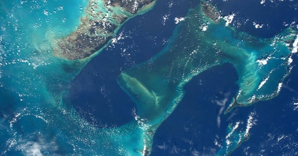 """11.jul.2016 - O astronauta Jeff Williams, da Nasa, registrou essa imagem da barreira de corais perto das Bahamas e do arquipélago Florida Keys (EUA), no Caribe, vista desde a ISS (Estação Espacial Internacional). Ele postou a foto na sua conta do Twitter com a seguinte frase: """"os recifes de coral das Bahamas e Florida Keys... as cores vivas e os padrões de uma obra de arte!"""""""