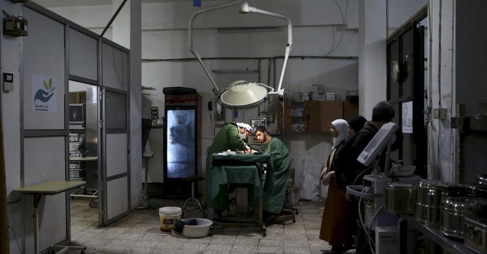 Médicos e enfermeiros, muitos deles voluntários, fazem os procedimentos cirúrgicos em áreas com condições precárias. A prioridade é tratar os feridos civis em meio aos confrontos. Todos são atendidos nas bases e abrigos transformados provisóriamente em hospitais