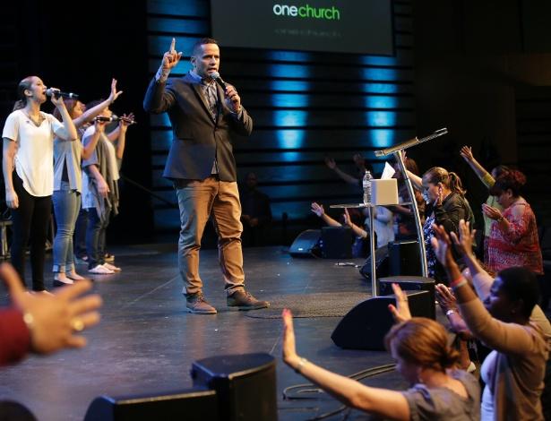 28.jun.2015 - O reverendo Wilfredo De Jesus, também conhecido como Pastor Choco, reza com fiéis na New Live Covenant Church, em Chicago, nos EUA