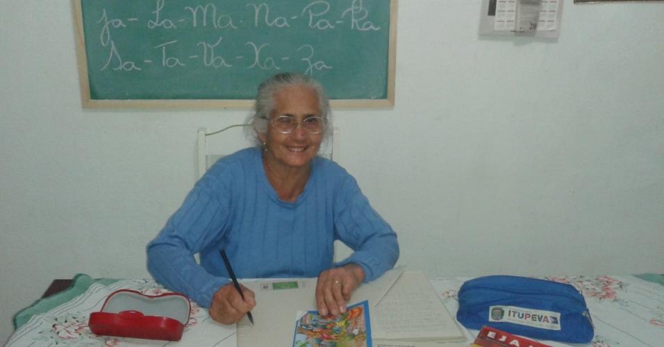 Aos 74 anos, aposentada Alezina Costa Marques realiza o sonho de aprender a ler e escrever no interior de SP