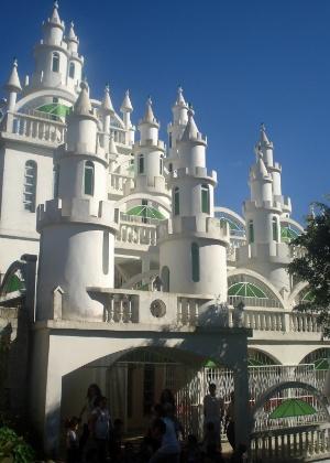 O castelo, feito com material simples, virou atração turística em Joinville