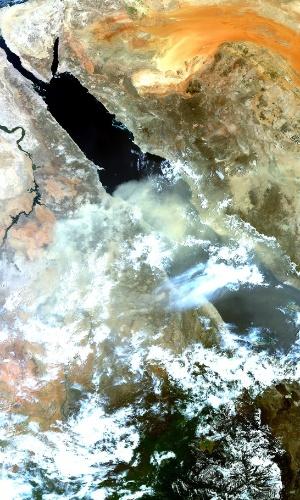 27.jul.2016 - O satélite Sentinel-3A registrou imagens de uma tempestade de poeira ao leste do mar Vermelho. As tempestades de poeira ou de areia são, geralmente, resultado de uma grande massa de ar frio se movendo rapidamente em toda a terra seca coberta por areia solta e lodo. Na foto também é possível ver o rio Nilo no lado superior esquerdo e as areias laranja do deserto árabe no canto superior direito