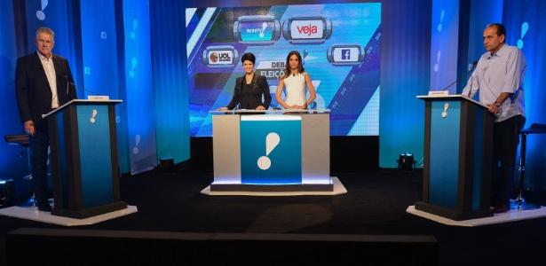 João Leite (PSDB, à esq.) e Alexandre Kalil (PHS, à dir.) no começo do debate da RedeTV!, em Belo Horizonte