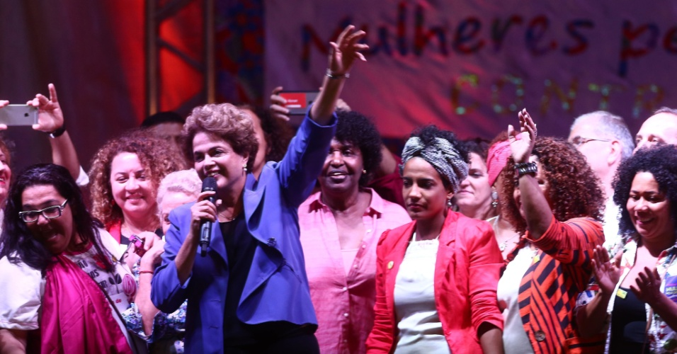 2.jun.2016 - A presidente afastada, Dilma Rousseff, participa do ato Marcha das Mulheres pela Democracia e Cultura Contra o Golpe, na Praça XV, no centro do Rio de Janeiro, nesta quinta-feira