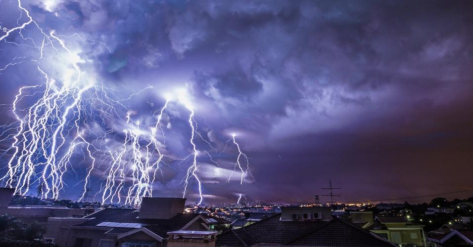 5.jun.2016 - O engenheiro Rafael Coutinho, 53, registrou algumas das microexplosões ocorridas durante a tempestade que provocou destruição em Campinas (a 93 quilômetros de São Paulo) entre a noite de sábado e a madrugada de domingo. Na imagem, uma sequência de raios entre 0h21 e 0h25