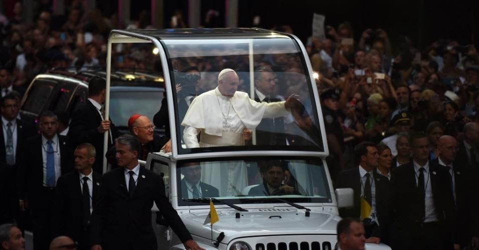 24.set.2015 - O papa Francisco acena para multidão durante sua chegada à Catedral de São Patrício, em Nova York. Francisco faz sua primeira visita como pontífice em Nova York, onde terá uma vasta agenda que incluirá grandes atos e um discurso ante líderes mundiais nas Nações Unidas