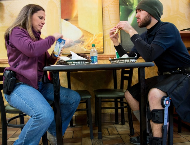 Candy Martin e seu filho, Christopher Martin, usam armas abertamente ao almoçar em uma lanchonete Subway em Austin, no Texas