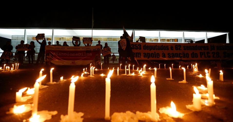 21.jul.2015 - Funcionarios da Justiça em greve fazem manifestação em frente ao Palácio do Planalto, em Brasília. Eles querem que a presidente Dilma Rousseff sancione Projeto de Lei 28/15, que define o plano de Carreiras dos Servidores do Poder Judiciário