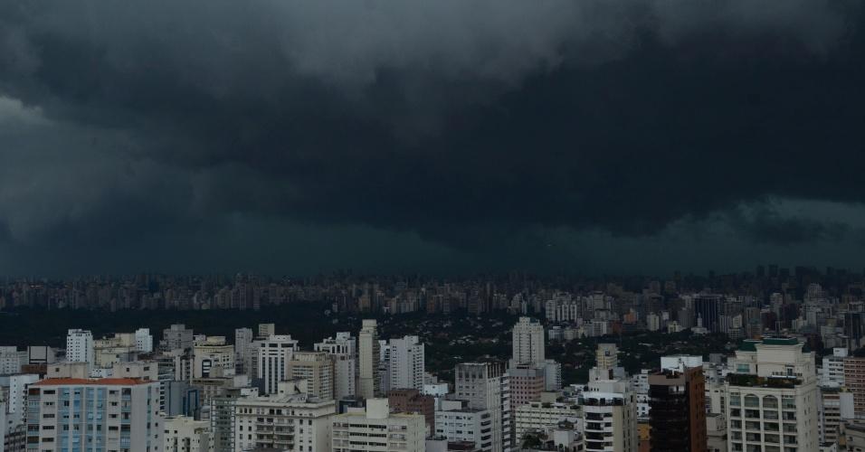 17.fev.2016 - Mais uma vez o dia virou noite em muitas regiões de São Paulo (SP), como é possível ver nesta imagem de nuvens carregadas sobre a zona sul. Chuva forte caiu em diversos pontos da capital paulista, gerando pontos de alagamento e transtornos para os moradores